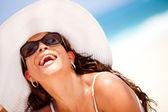Gelukkige vrouw op het strand — Stockfoto
