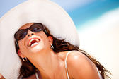 Mujer feliz en la playa — Foto de Stock