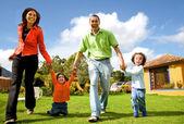 Familia feliz divirtiendo al aire libre — Foto de Stock