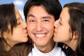 Ikiz kız bir adam öpüşme — Stok fotoğraf