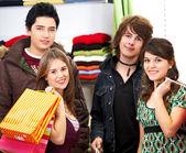 Amis heureux magasinage — Photo
