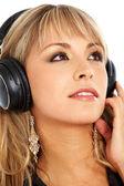 女人听音乐 — 图库照片