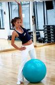 Kobieta siłownia, ćwiczenia — Zdjęcie stockowe