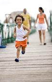 Niño feliz corriendo — Foto de Stock