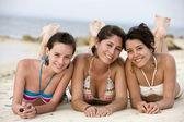 Teenage girls am strand — Stockfoto