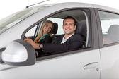 Casal dentro de um carro — Foto Stock