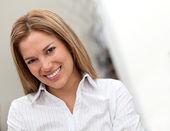 Mulher de negócios sorrindo — Foto Stock
