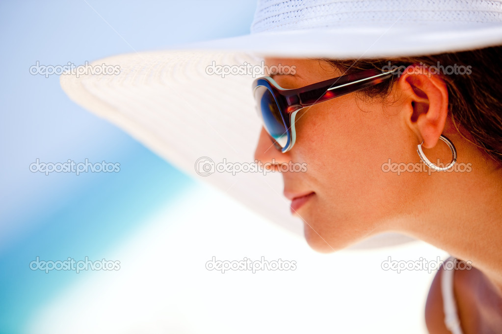 Summer woman looking at the horizon, wearing hat and sunglasses — Stock Photo #7764468