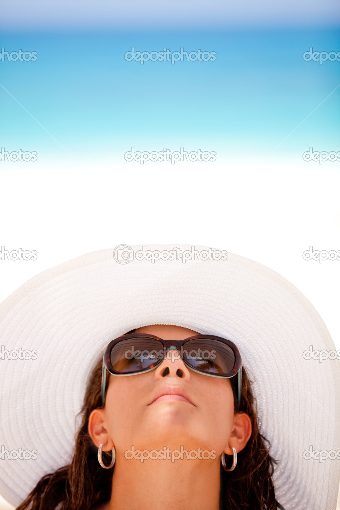 Woman enjoying the summer but protecting her skin with a hat and sunglasses — Stock Photo #7764470