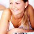 žena sledování televize v posteli — Stock fotografie