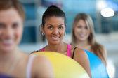 Frauen bei einer pilates-klasse — Stockfoto