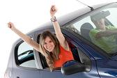 Vrouw uit een auto voortvloeiende — Stockfoto