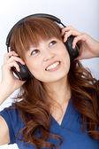Mulher asiática com fones de ouvido — Fotografia Stock