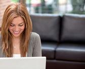 Kvinna med en bärbar dator — Stockfoto