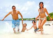 ευτυχισμένη οικογένεια σε διακοπές — Φωτογραφία Αρχείου