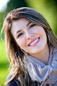屋外の女性の肖像画 — ストック写真