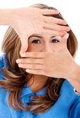 Obchodní žena rámování její obličej — Stock fotografie