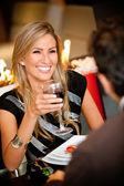 Femme dans un dîner romantique — Photo