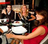 Amis en train de dîner — Photo