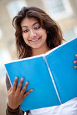 Mulher com um notebook — Foto Stock