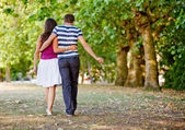 Couple walking outdoors — Stockfoto