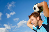 Homem com uma bola de futebol — Foto Stock