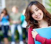 Vrouwelijke student buitenshuis — Stockfoto