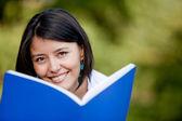 Donna studiare all'aperto — Foto Stock