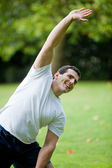Man stretching outdoors — Stockfoto