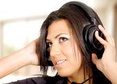 Chica escuchando música en casa — Foto de Stock