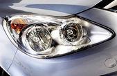 κεφαλής φώτα αυτοκινήτου σε ασημί — 图库照片