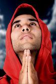 Příležitostné chlápek modlil — Stock fotografie