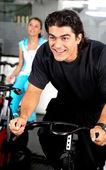 Homme cyclisme au gymnase — Photo