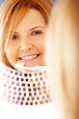 женщина с зубной щетки — Стоковое фото