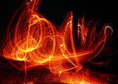 Uma enorme coluna de chamas em um fundo preto — Fotografia Stock