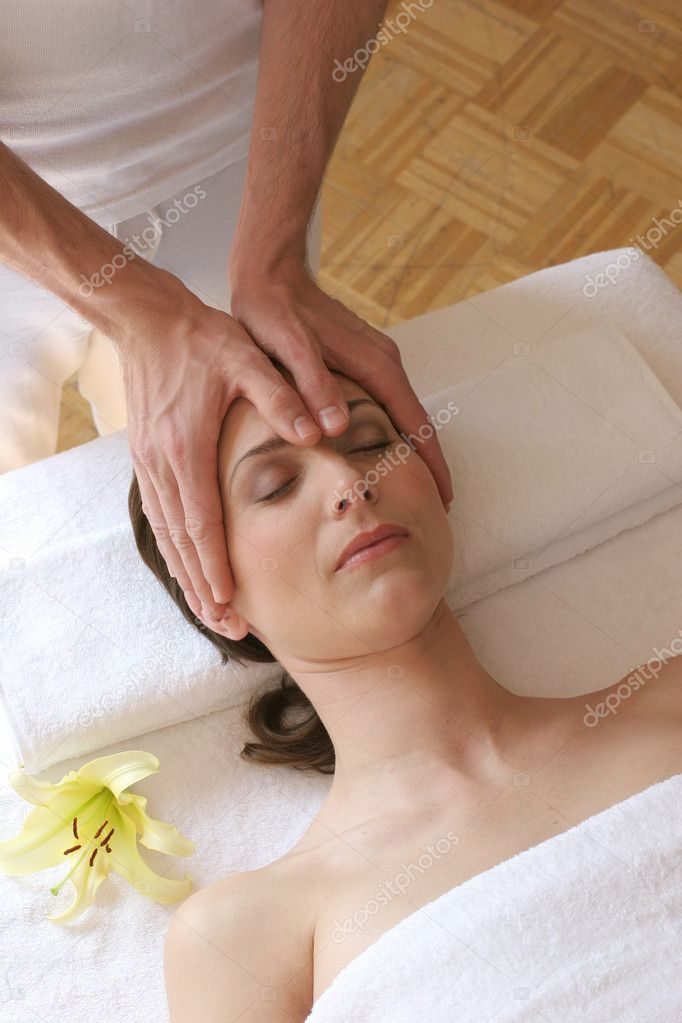Young woman getting a facial massage — Stock Photo #7603122