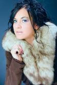 Ritratto di ragazza attraente, capelli scuri, modello femminile in pelliccia — Foto Stock
