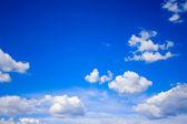 Güneşli mavi gökyüzü arka plan beyaz bulutlar ile görünüm — Stok fotoğraf