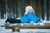 портрет маленького мальчика, играя со снегом на открытом воздухе в зимнем лесу — Стоковое фото
