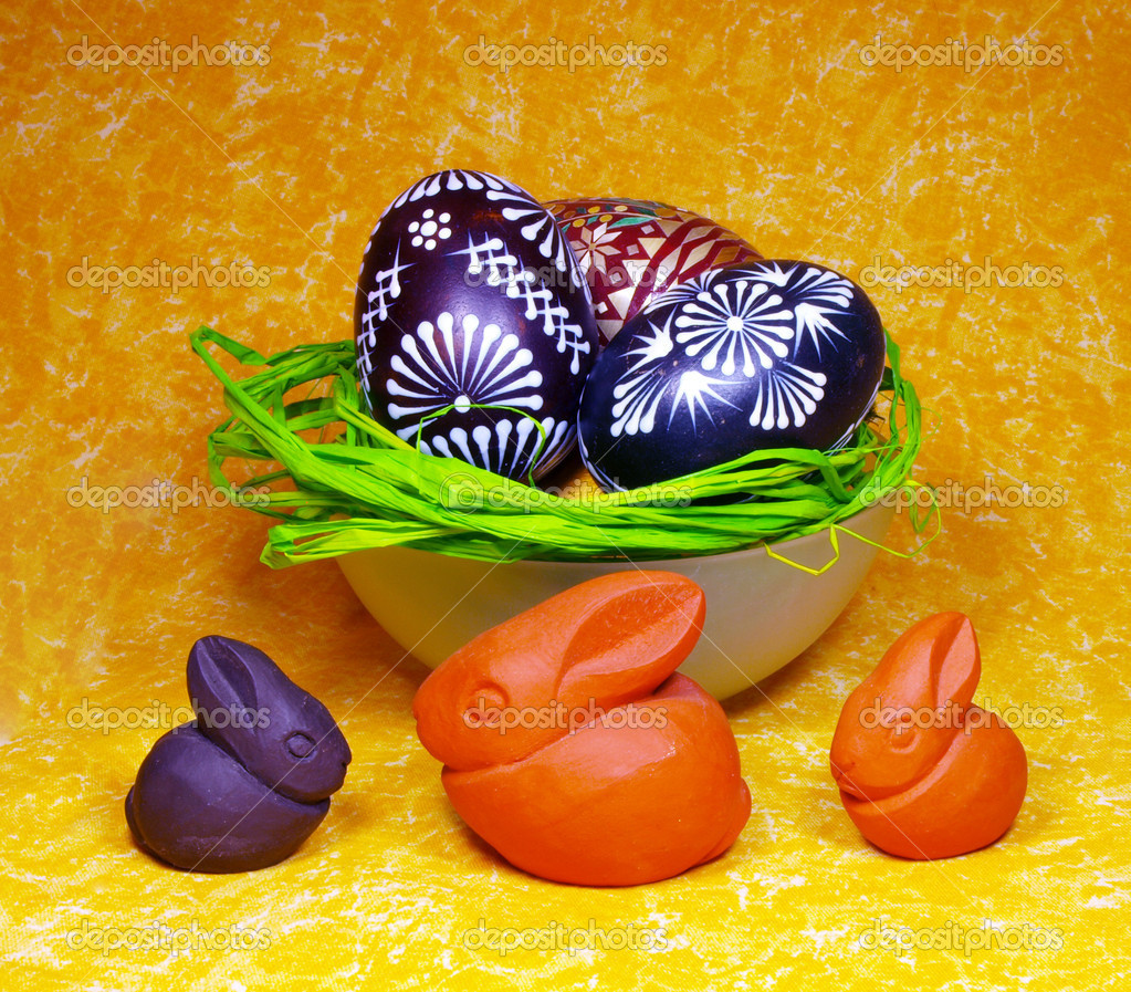 Easter decoration with eggs and ceramic bunnies — Stock Photo #7631037