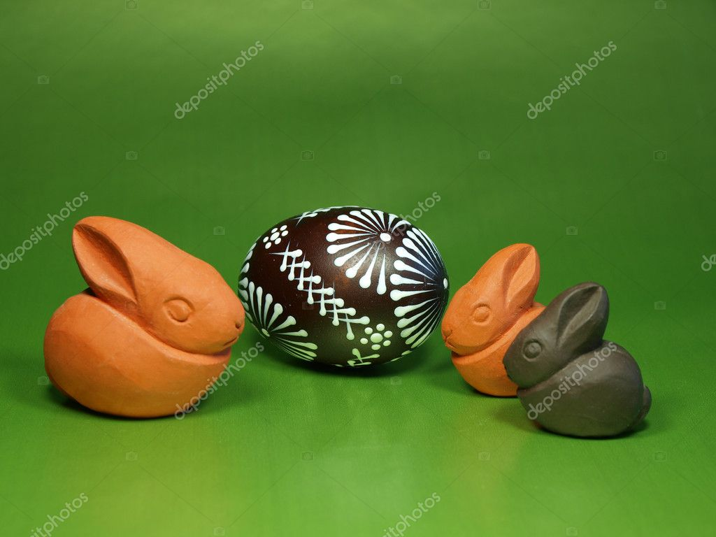 Easter decoration with bunnies and egg on green background — Stock Photo #7631838