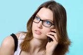 Das schöne mädchen spricht mit blauen augen per telefon — Stockfoto