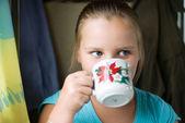 Девушка пьет из чашки — Стоковое фото