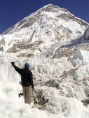 Hiker stands in the Khumbu — Stock Photo