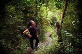 Kadın ormanda uzun yürüyüşe çıkan kimse — Stok fotoğraf