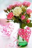 Florero de rosas y corazones — Foto de Stock