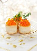 Vol-au-vents filled with red caviar — Stock Photo