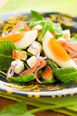 Salade aux épinards, oeufs et jambon — Photo