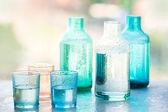 Flasche Wasser und Gläser Wasser — Stockfoto
