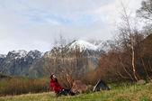Homem e sua tenda nas montanhas — Fotografia Stock
